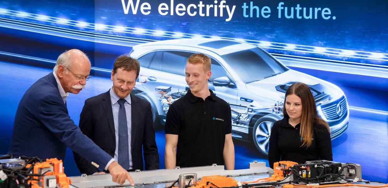Dieter Zetsche (l.), Vorstandsvorsitzender der Daimler AG und Leiter Mercedes-Benz Cars, mit Michael Kretschmer und zwei Auszubildenden (r.) vor einer Batterie für den EQC. Die Batterie für das vollelektrische Fahrzeug, das im Frühjahr 2019 im Mercedes-Benz Werk Bremen vom Band läuft, wird von Accumotive in Kamenz produziert.