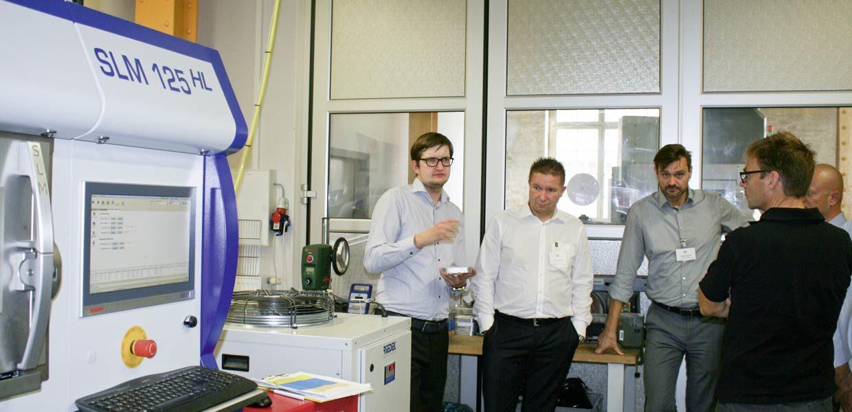 Jan Oliver Wagner, Produktionsleiter bei Rapidobject, erläuterte den Teilnehmern des 3D-Druck-Workshops bei einem Unternehmensrundgang die Möglichkeiten der additiven Fertigung.