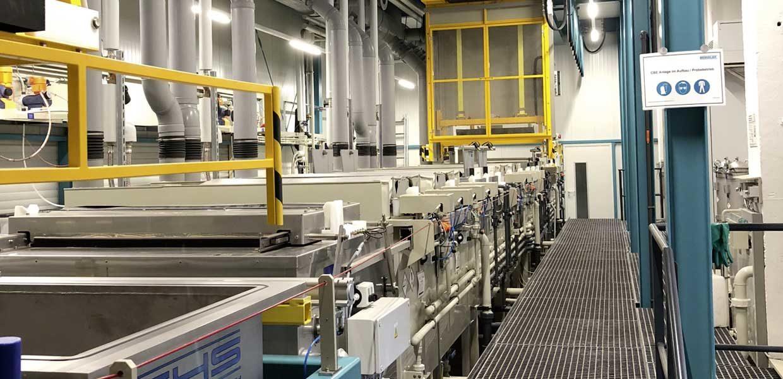 Ein Teil im Technologie-Portfolio: Beim CBE-Prozess durchlaufen die Bauteile in Tauchkörben oder -blistern je nach Anforderung 14 bis 16 Stationen.