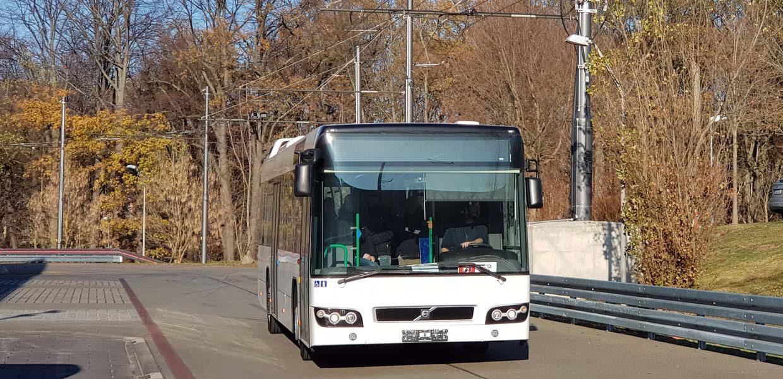 Der Elektro-O-Bus auf der 2018 neu errichteten, voll funktionsfähigen Oberleitungs-Teststrecke der WHZ auf dem Campus Scheffelstraße.