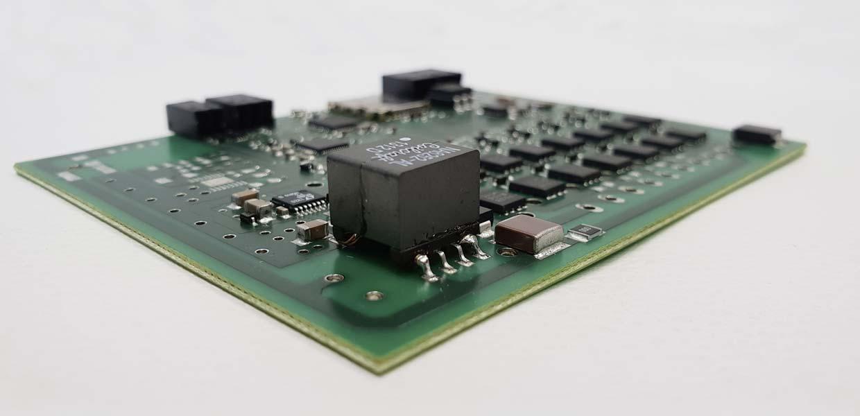 ELDEV wurde 2012 zunächst als Ingenieurdienstleistungsbüro für Hardware- und Softwareentwicklung im Embedded-Bereich gegründet. Über zahlreiche Projekte mit Energiespeichersystemen hat das Unternehmen den Fokus schon frühzeitig auf die Entwicklung von Batteriesystemen und deren Komponenten geschärft und baut seitdem die Produktpalette kontinuierlich aus.
