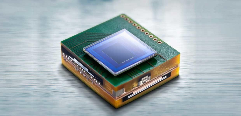 Sensoriklösungen für die Industrie: Das miniaturisierte modulare Kamerasystem vom Fraunhofer IZM hat etwa die Fläche eines Daumennagels. Mit dem Sensormodul ist unter anderem das Erkennen von Verkehrszeichen, eine taghelle Beleuchtung nächtlicher Verkehrssituationen oder eine Bildverarbeitung in Echtzeit möglich.