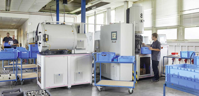 Auf mittlerweile zwölf Anlagen werden Metallbauteile, u.a. für Motoren und Getriebe, energieeffizient, maßhaltig und werkstoffschonend im Plasma wärmebehandelt.