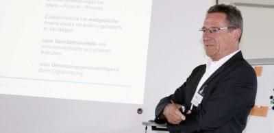 Prof. Dr. Werner Olle stellte die Ergebnisse zur Zukunftsfähigkeit der sächsischen Automobilzulieferer im Sommer 2017 auf Roadshows vor, die vom Netzwerk AMZ organisiert wurden.