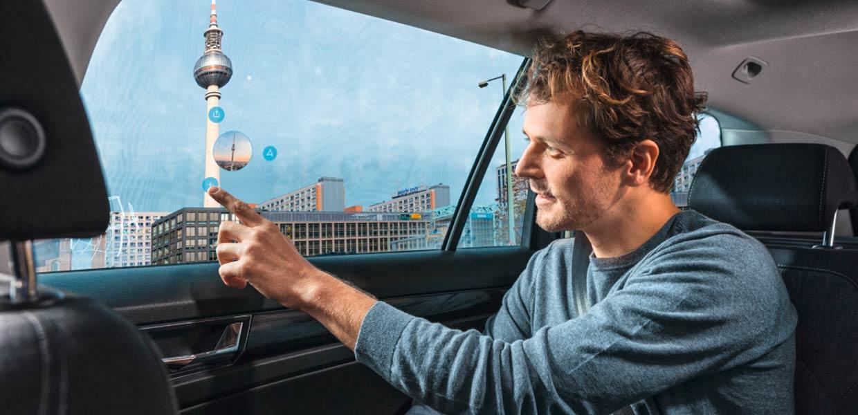 IAV verwandelt die Seitenscheiben des Fahrzeugs in eine Entertainment-Plattform, über die sich Office-Anwendungen sowie Umgebungsinformationen, Spiele und Filme und mehr anzeigen lassen.