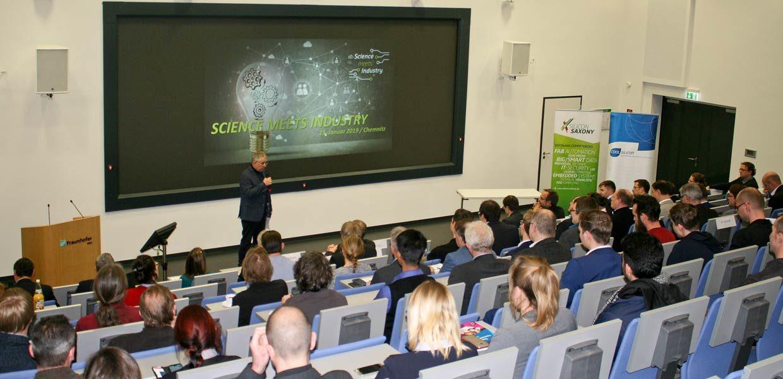 """Rund 100 Teilnehmer nutzen die Möglichkeit, sich bei der zweiten Veranstaltung """"Science meets Industry"""" an den Chemnitzer Fraunhofer-Instituten IWU und ENAS über Zukunftsthemen wie Künstliche Intelligenz und Deep Learning, neuartige Soft- und Hardwareanwendungen sowie Sensortechnologien zu informieren"""