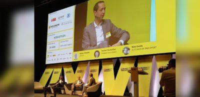 """Volker Noeske, Leiter Dekra Technology Center, auf der Bühne beim Kongress """"Mobilität der Zukunft""""."""