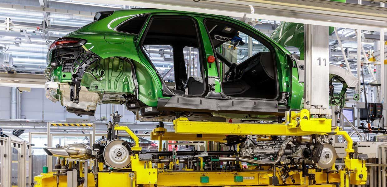 Hochzeit in der aktuellen Macan-Fertigung bei Porsche Leipzig. Für das künftige E-Modell sollen die E-Achsen inhouse montiert werden.