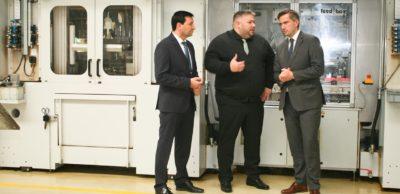 Zum Auftakt der AMZ-Roadshow bei UKM begrüßten Geschäftsführer Thorsten Vogt (M.) und AMZ-Manager Dirk Vogel (l.) den sächsischen Wirtschaftsminister Martin Dulig.
