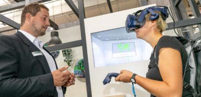 Mögliche Prüfszenarien für das automatisierte Fahren auf dem DEKRA-Testareal am Lausitzring können mit dieser VR-Anwendung virtuell durchgespielt werden.