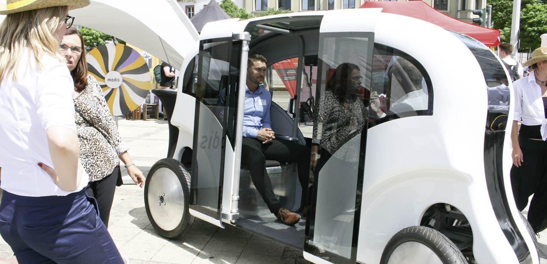 FLAIT heißt das autonome E-Auto mit Neigetechnik von Innovative Dragon, mit dem Innenstädte vom Individualverkehr entlastet werden sollen.