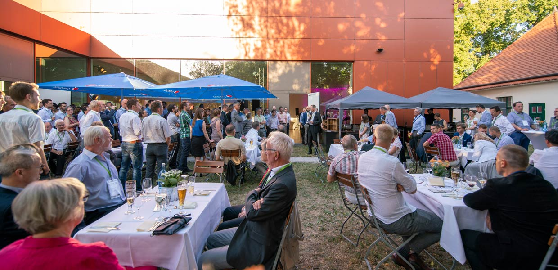 ILK-Vorstand Prof. Maik Gude begrüßt die Gäste zur 25-Jahr-Feier des ILK.