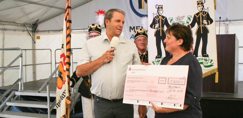 Für den Kindergartenverein Reinsdorf übergab Meleghy-Geschäftsführer Dr. Thomas Werle einen Scheck in Höhe von 1000 Euro.
