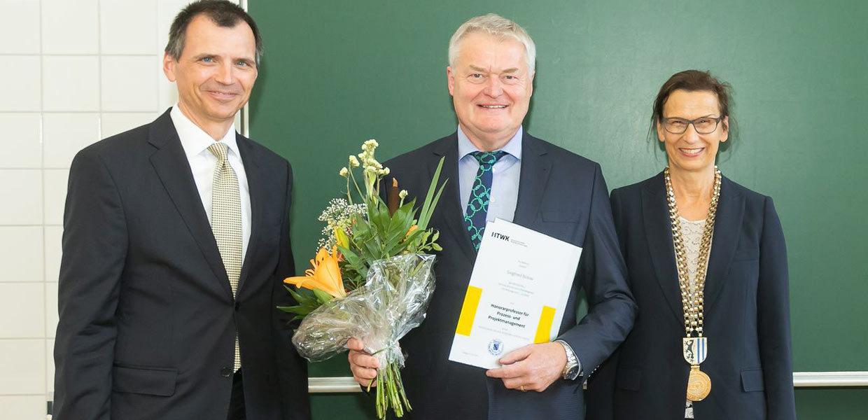 Der ehemalige Porsche-Leipzig-Chef Siegfried Bülow (M.) erhielt von der Rektorin der HTWK Leipzig, Prof. Gesine Grande, die Bestellungsurkunde zum Honorarprofessor. Bülow hält Vorlesungen an der Fakultät Ingenieurwissenschaften, deren Dekan Prof. Jens Jäkel ist.