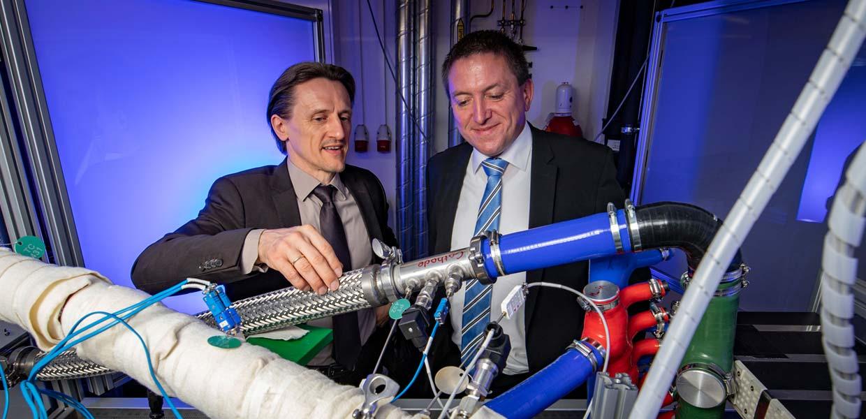 Partner für die Entwicklung großserienfähiger Brennstoffzellenantriebe: Prof. Dr. Thomas von Unwerth/TU Chemnitz und Thomas Müller/Continental Powertrain