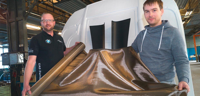 Die Alpha Sigma-Gründer Michael Jakob (l. ) und Fabian Liesch mit einem Stoff aus Basaltfasern.