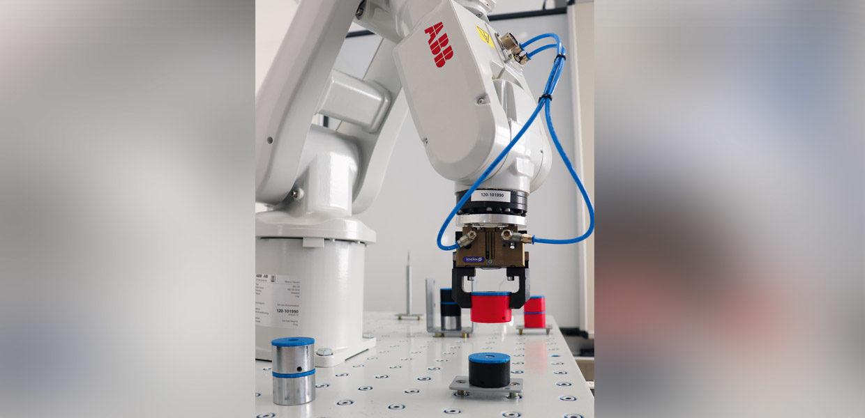 Aus- und Weiterbildung für die Metall- und Elektroindustrie – as FAW-Ausbildungszentrum Zwickau bietet in der Erstausbildung Zusatzqualifizierungen im Bereich Robotik an.