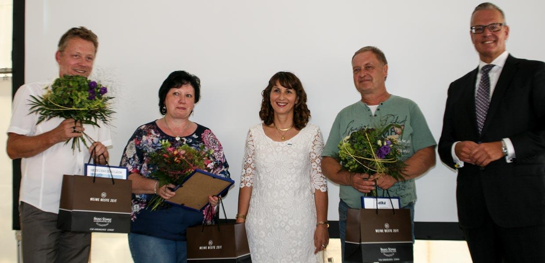 Gabriele Baake (2. v. l.), Thorsten Tepper (l) und Steffen Näther wurden für ihre jeweils 40-jähre Betriebszugehörigkeit zu FEP geehrt.