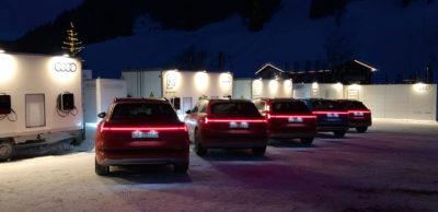 """Eine Flotte von Audi e-tron stellte der Ingolstädter Fahrzeughersteller für das Weltwirtschaftsforum im Januar 2019 in Davos zur Verfügung. Zum """"Bestromen"""" standen mobile Ladestationen mit Second-Life-Batterien vom Zwickauer Fahrzeugentwickler FES bereit"""