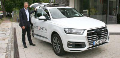 Intenta-Mitgründer und Bereichsleiter Automotive Dr. Heiko Cramer an einem der Fahrzeuge, mit denen das Chemnitzer Unternehmen europaweit Daten für die Entwicklung automatisierter Fahrfunktionen sammelt.