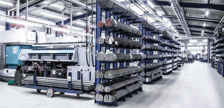 roduktionshalle mit CNC-gesteuerten Ein- und Mehrspindel-Drehmaschinen bei der Meyer Drehtechnik GmbH in Marienberg.