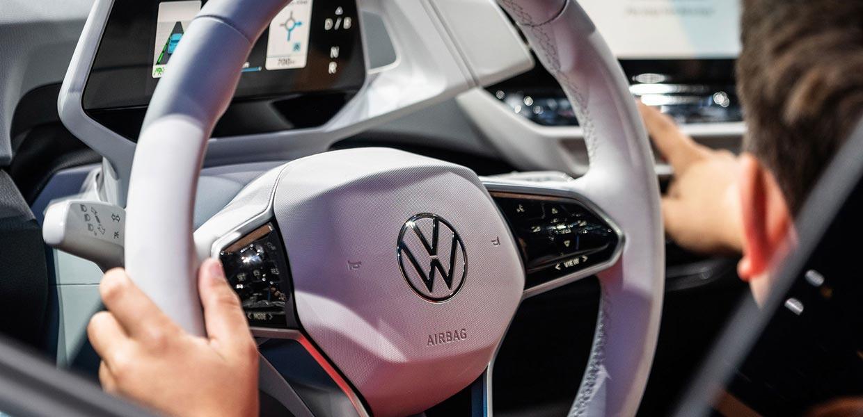 Auf dem Lenkrad des ID.3 prangt das neue VW-Logo – in flacher 2D-Optik, reduziert auf seine essentiellen Bestandteile und flexibel einsetzbar. Mit dem Start ins E-Zeitalter präsentiert sich die Marke moderner und authentischer.
