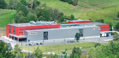 Das Kompetenzzentrum für Wallboxfertigung: Blick auf die Mennekes Elektrotechnik Sachsen GmbH in Neudorf. Das Werk wird aktuell für die Produktion von E-Ladeinfrastruktur ausgebaut.