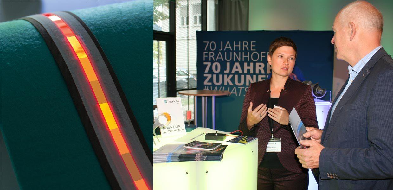 OLED-Leuchtstreifen ermöglichen Leuchtflächen mit segmentierter Ansteuerung. FEP-Abteilungsleiterin Claudia Keibler-Willner erläutert im Gespräch mit Journalisten die Vorteile der modularen OLED-Leuchtstreifen.