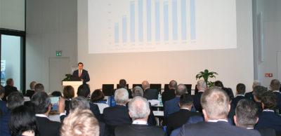 Haupthema Dekarbonisierung: Rund 300 Gäste verfolgten den 23. Internationalen Automobilkongress am 5./6. November 2019 in Zwickau. Zu den Referenten gehörte VDA-Repräsentant Dr. Volker Schott. Er zeigte auf, dass der Motorisierungsgrad der 18- bis 24-Jährigen 2019 einen neuen Rekord seit 2010 erreicht hat.