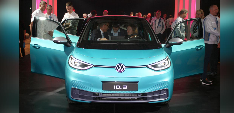 Die ersten ID.3 wurden von den Gästen gründlich begutachtet. Volkswagen-Mitarbeiter standen erklärend zur Seite.