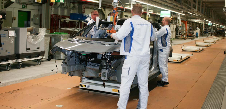 Im Zuge des Umbaus zum E-Auto-Werk setzt VW konsequent auf Automatisierung. Damit werden die Mitarbeiter von körperlich schweren und ergonomisch ungünstigen Arbeiten entlastet wie etwa beim Einbau des Dachhimmels.