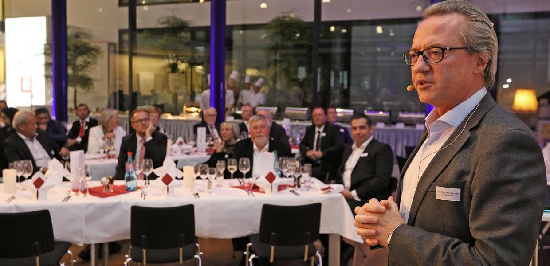 Dr. Stephan Krumm, Aufsichtsratsvorsitzender der e.Go Mobile AG, stellte auf dem Galaabend des Kongresses das Konzept des deutschen E-Fahrzeugherstellers vor, der mit dem Streetscooter-Projekt für die Deutsche Post bekannt wurde.