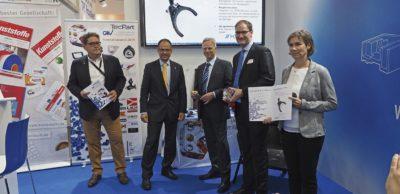 Die KOKI Technik Transmission Systems GmbH hat für die Entwicklung einer hochintegrativen smarten Kunststoff-Schaltgabel für ein Kfz-Hochleistungsgetriebe 2019 einen der begehrten Innovationspreise erhalten, die der GKV/TecPart Verband für Technische Kunststoff-Produkte e.V. aller drei Jahre im Rahmen der K-Messe in Düsseldorf vergibt. KOKI ist ein Partner von SmartErz.