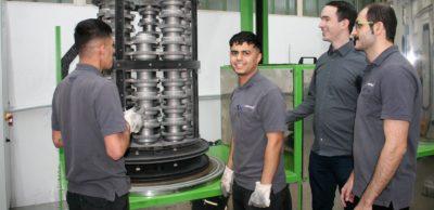 Arbeit ist die beste Integration – Die jungen Iraker Younus Mohammed Imran und Mustafa Mohammed Salih Al-Gburi (v.l.) sowie der Iraner Morteza Ahmadzadeh (r.) verstärken das Mitarbeiterteam bei der Plasmanitriertechnik Dr. Böhm GmbH in Chemnitz um Geschäftsführer Andreas Böhm (2.v.r.).