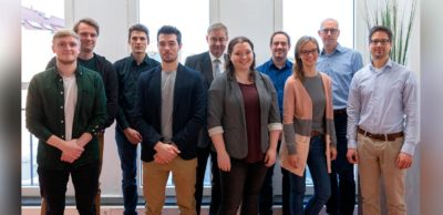 Dieses Team der TU Chemnitz will die Methanol-Brennstoffzelle zur Marktreife führen. Im Bild von links: Andy Künzel-Tenner, Benjamin Hentschel, Leonard Rößner, Maxime Wach, Prof. Dr. Uwe Götze, Annika Tampe, Prof. Dr. Marc Armbrüster, Julia Buchsbaum, Prof. Dr. Michael Mehring, Prof. Dr. Michael Sommer.