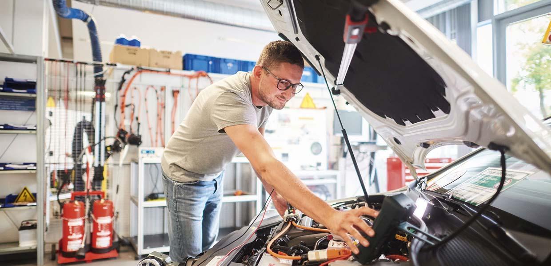Digitale Lernplattform: Im Hochvolt-Labor des Volkswagen-Bildungsinstituts Zwickau wird für den Umgang mit der neuen Technik qualifiziert. Das Institut ist Partner im AMZ-Projekt Auto_ID, in dem digitale und reale Lernformate kombiniert werden.