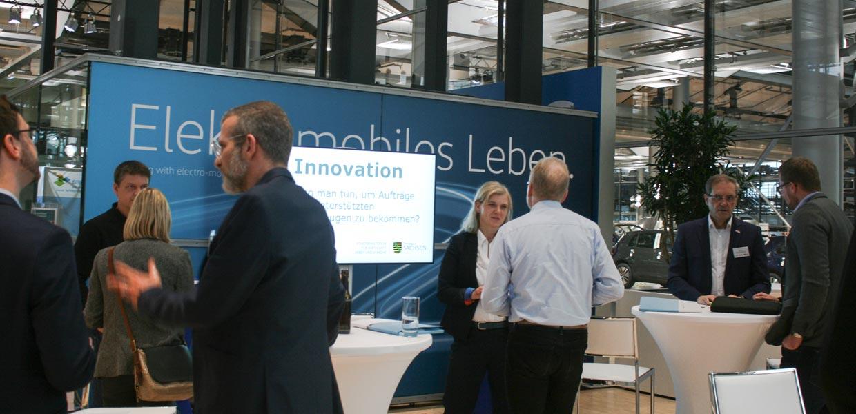 An verschiedenen Themeninseln wie Innovation, Energie, Mobilität, Produktion und Unterstützung tauschten sich die Teilnehmer des Industriedialogs zu Ansätzen für neue oder veränderte Geschäftsentwicklungen aus.