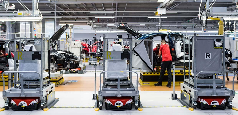 Fahrerlose Transportfahrzeuge (FTF) bewegen sich zwischen Logistik und Montage autonom und befördern Sequenzwagen mit Teilen direkt an die Linie.
