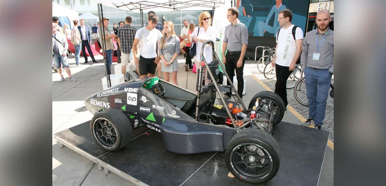 Das T.U.C. Racing Team stellte seinen vollelektrischen Rennboliden der vergangenen Saison zum Kosmos-Festival im Juli 2019 in der Chemnitzer Innenstadt vor. Aktuell wird am Fahrzeug für die 2020er Rennserie gearbeitet.