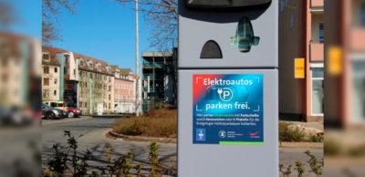 Freies Parken für E-Autos in Zwickau. Diese Aufkleber weisen E-Auto-Fahrer in Zwickau auf kostenfreie Parkplätze hin.