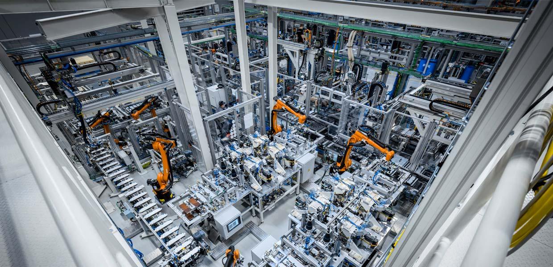 Accumotive steigert Produktionskapazität: Batterieproduktion bei der Mercedes-Benz Tochter Accumotive in Kamenz. Die Fabrik setzt auf hochmoderne Anlagen und nutzt vielfältige Industrie 4.0-Technologien zur Fertigung von Antriebsbatterien für Modelle der Produkt- und Technologiemarke EQ.