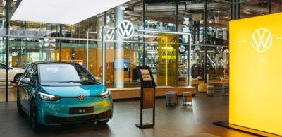 In der Gläsernen Manufaktur Dresden wurde der erste ID.Store eröffnet. Interessenten können sich dort von den Vorteilen der E-Mobilität im Allgemeinen und des ID.3 im Besonderen überzeugen.