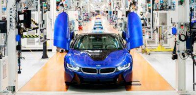 Ein Roadster in Portimao Blau für einen Kunden in Deutschland beendete die Produktion des BMW i8 in Leipzig. Das Auto legte den Grundstein für die Plug-in-Hybrid-Modelle bei BMW und entwickelte sich mit 20.500 Fahrzeugen zum weltweit erfolgreichsten Letzter BMW i8 aus leipzig: Sportwagen mit elektrifiziertem Antrieb.