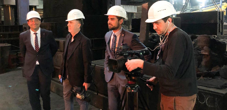 Zum Programm der französischen Journalisten David Philippot (2. v. l.) und Sebastien Millard (r.) im Autoland Sachsen gehörte ein Besuch der GL Gießerei Lößnitz, hier auf dem Foto mit AMZ-Netzwerkmanager Dirk Vogel (l.) und GL-Geschäftsführer Max Jankowsky.
