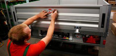 Beim Anhänger-Hersteller STEMA in Großenhain werden jährlich ca. 40.000 Pkw-Anhänger hergestellt. Weil insbesondere die Nachfrage nach größeren Anhängern weiter wächst, erweitert das Unternehmen seine Produktions- und Logistikkapazitäten.