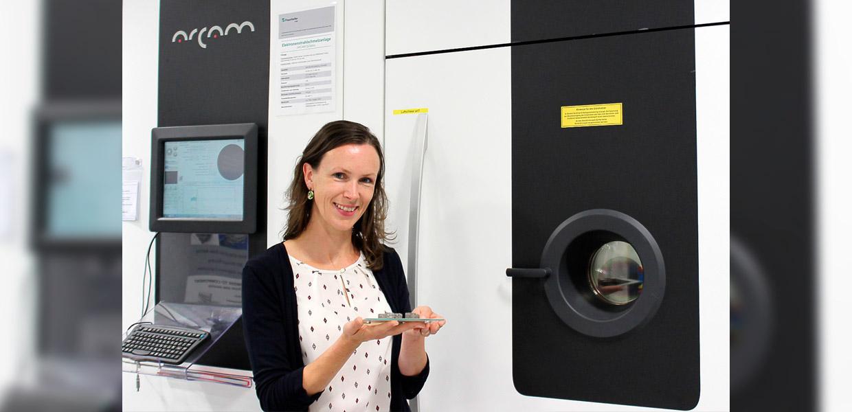 Werkstoffwissenschaftlerin Dr. Inge Lindemann leitet den neuen Forschungsbereich für weichmagnetische Werkstoffe am Fraunhofer IFAM in Dresden. Für ihre Arbeiten greift sie u. a. auf die Anlagen für die Additive Fertigung am Institut zurück.
