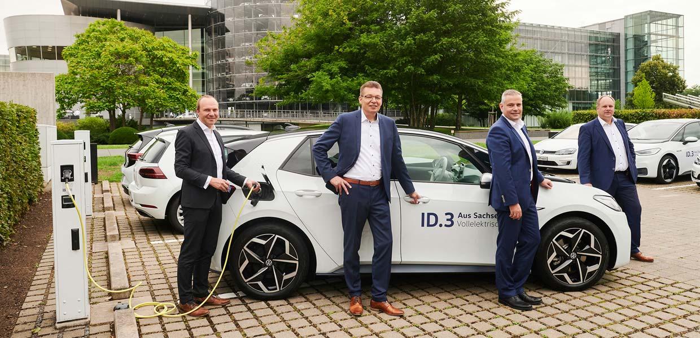 VW hat auf dem Gelände der Gläsernen Manufaktur Dresden einer der größten Ladeparks in Sachsen eröffnet. Im Beisein von Wolfram Günther (Grüne), Sachsens Minister für Energie, Klimaschutz, Umwelt und Landwirtschaft (l.), Dresdens Oberbürgermeister Dirk Hilbert (r.), Reinhard de Vries, Geschäftsführer Technik von Volkswagen Sachsen (2.v.l.), und Standortleiter Lars Dittert wurden 32 zusätzliche öffentliche Ladepunkte freigegeben. Insgesamt sind jetzt 64 Ladepunkte an der e-Golf-Fertigungsstätte in Betrieb.