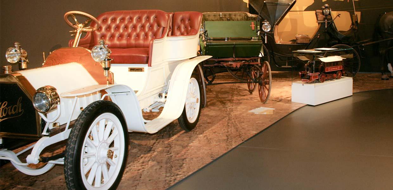 Der Nachbau des Horch 14-17 PS von 1904 (links vorn), der Flocken-Elektrowagen von 1888 und das Modell des Michaelis-Dampfbusses von 1887 zeigen, dass es bereits um 1900 ein Kopf-an-Kopf-Rennen der verschiedenen Antriebsarten gab.