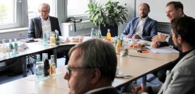 Der Ostbeauftragte der Bundesregierung und gebürtige Chemnitzer Marco Wanderwitz (2. v. l.) im Gespräch mit Wirtschaftsvertretern seiner Heimatregion.
