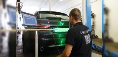 Ein automatisiertes Erfassungs- und Dokumentationssystem zur schnelleren Identifizierung von Fahrzeugschäden entwickelt ein Team der Westsächsischen Hochschule Zwickau (WHZ) mit Industriepartnern. WHZ-Mitarbeiter Ronny Maschke testet den Prototypen am Heck eines Fahrzeugs auf Beschädigungen.